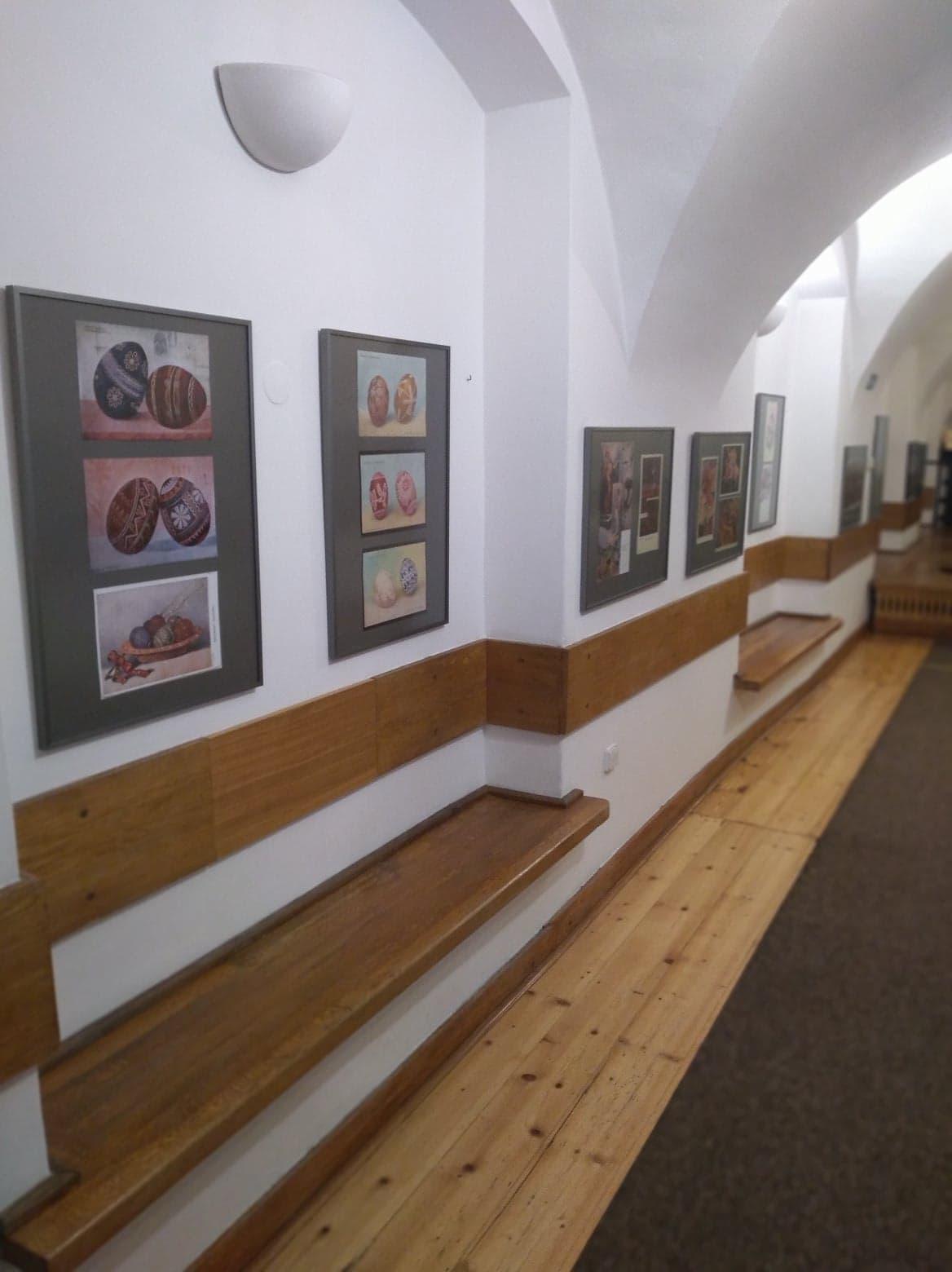 wystawa w holu galerii po 111 schodach ujęcie na kilka ram